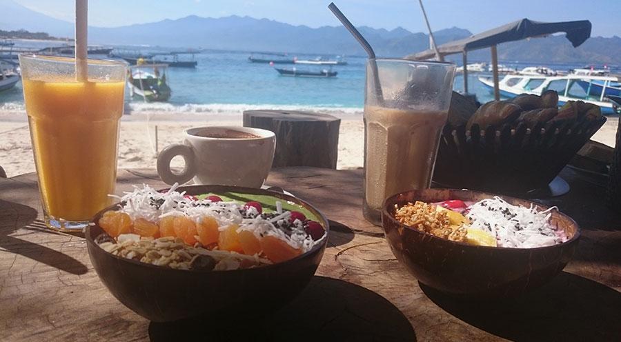 Sensations Voyage à Gili Trawangan, Breakfast, petit déjeuner smoothie bowl sur la plage