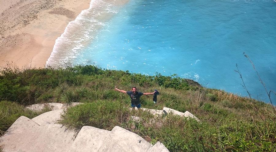 sensations voyage bali incontournables nusa penida escalier hauteur plage paradisiaque Atuh beach