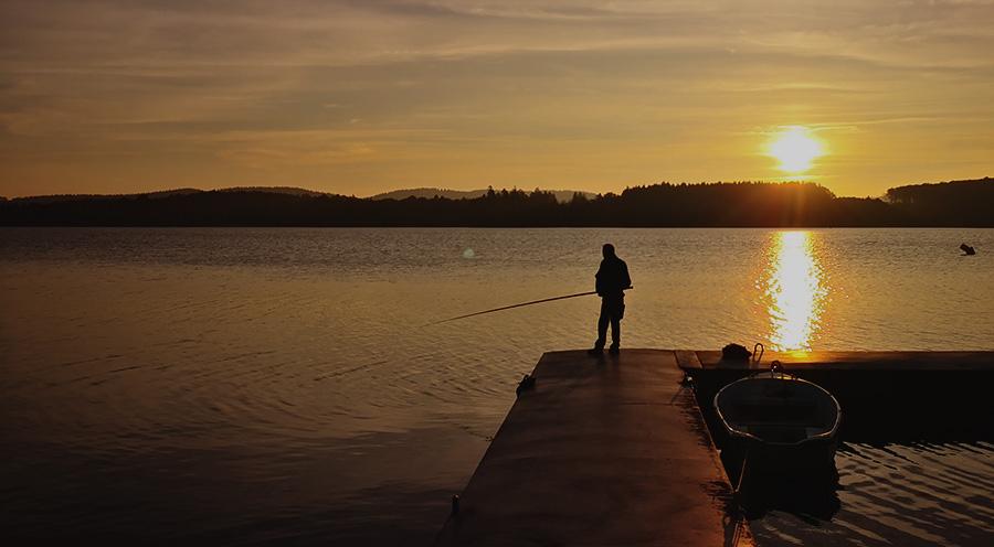 sensationsvoyage-sensations-voyage-morvan-bons-plans-sunset-lac-des-settons-pecheur-france