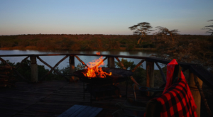 sensations-voyage-album-photos-kenya-sosian-ranch-laikipia-sunset-lights-brasero-fire