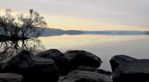 sensations-voyage-ecosse-loch-lomond-trossachs-sunrise-reflet-arbres-rocs