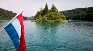 sensations-voyage-sensationsvoyage-croatia-plitvice-national-lake-island-flag-drapeau