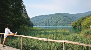 sensations-voyage-sensationsvoyage-croatia-plitvice-national-lake-sporting-girl-2