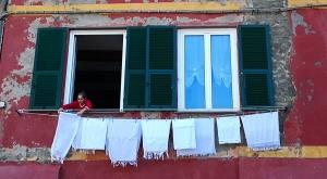 sensationsvoyage-sensations-voyage-photo-photos-italie-cinque-terre-3-maisons-colorees-femme-fenetre