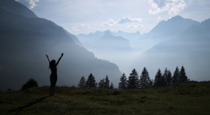 sensationsvoyage-sensations-voyage-suisse-niederhorn-landscape-montagnes-happy-girl