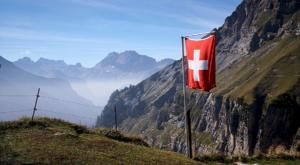 sensationsvoyage-sensations-voyage-suisse-oeschinen-see-drapeau-flag